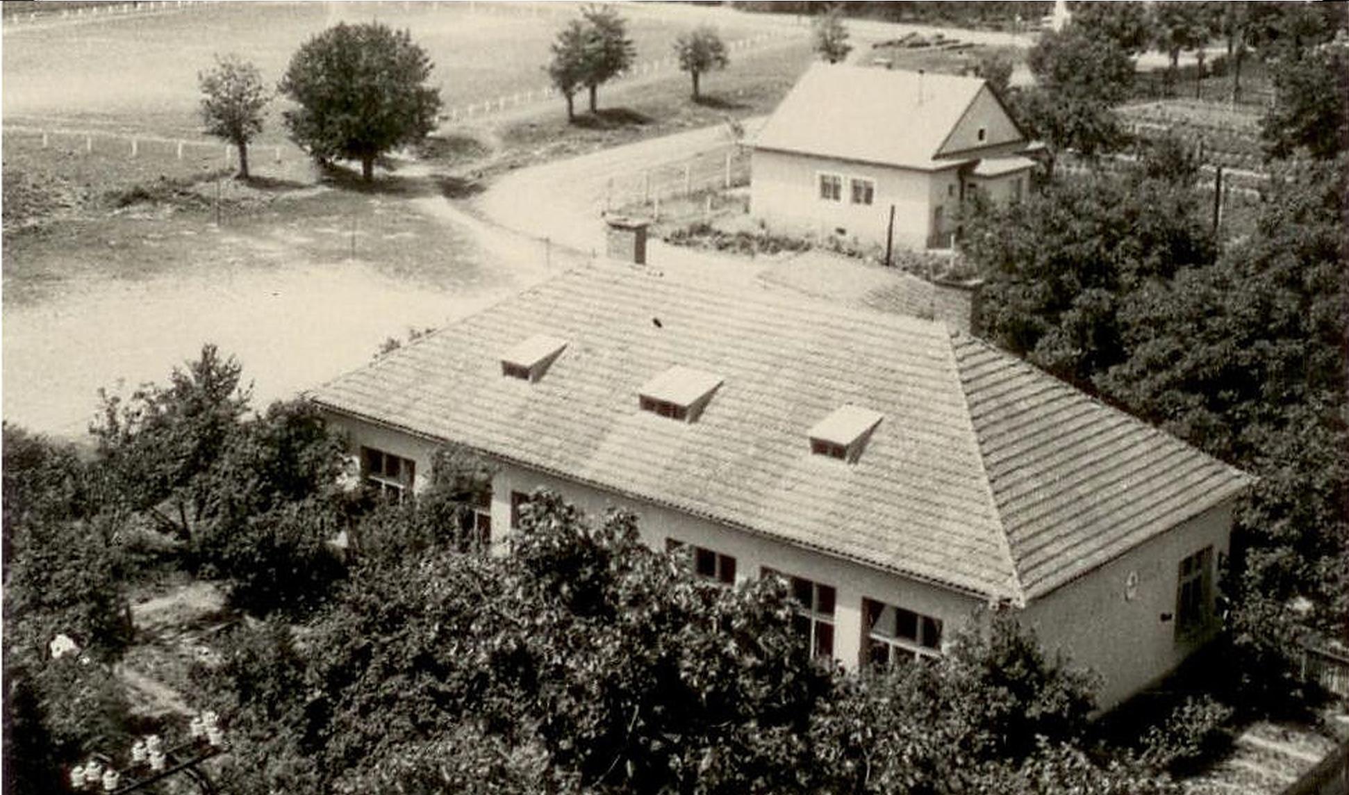 2-Budova školy, neskôr pekárne, v pozadí je ihrisko_big